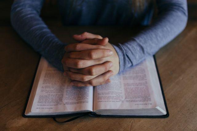 a.pic.praying-hands-long-shirt-open-bible